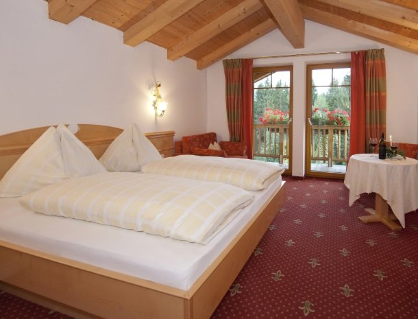 hotel-leamwirt-hopfgarten-tirol-slaapkamer-balkon.jpg