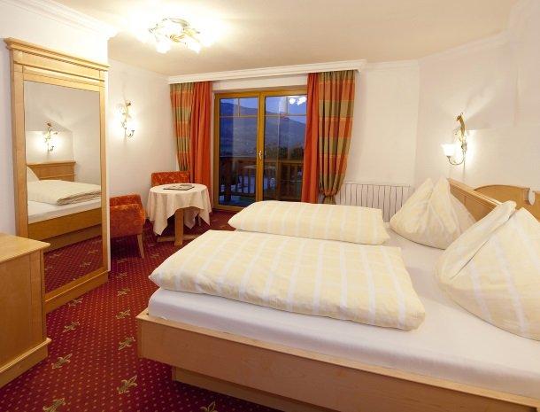 hotel-leamwirt-hopfgarten-tirol-slaapkamer-avond.jpg