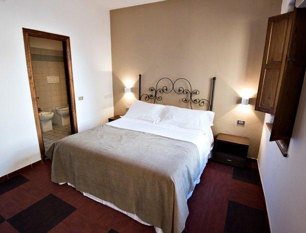 albergo-del-chianti-greve-slaapkamer-bed-badkamer.jpg