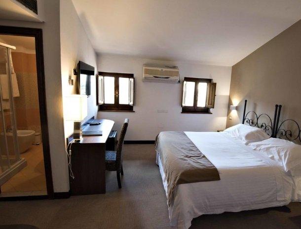 albergo-del-chianti-greve-slaapkamer-badkamer.jpg