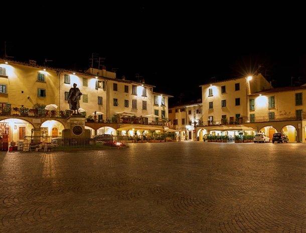 albergo-del-chianti-greve-hoofdplein-avond.jpg