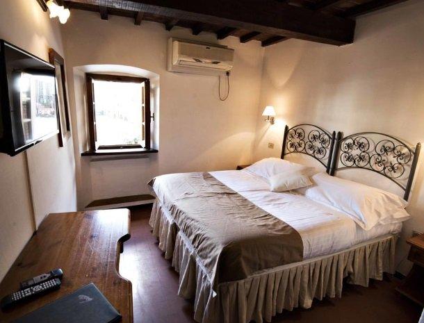 albergo-del-chianti-greve-slaapkamer-raam.jpg