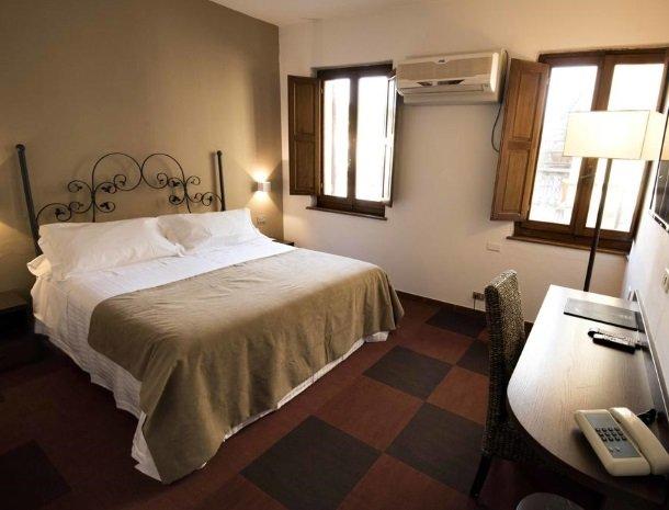 albergo-del-chianti-greve-slaapkamer-bed-raam.jpg