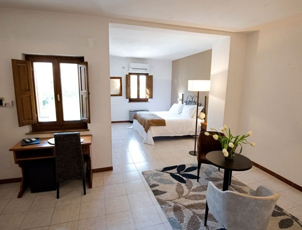 albergo-del-chianti-greve-slaapkamer-zitje.jpg