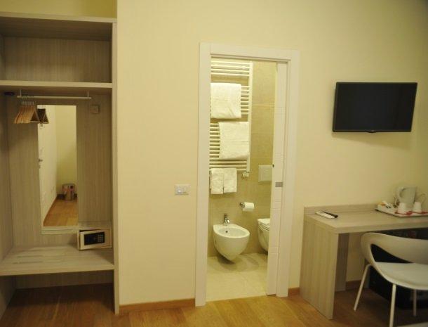 viadelle5terre-slaapkamer-buro-badkamer.jpg