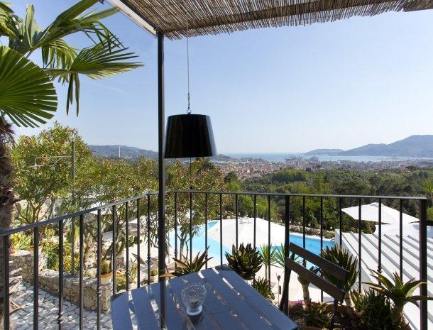 villa-amaranta-la-spezia-slaapkamer-romantisch-terras.jpg