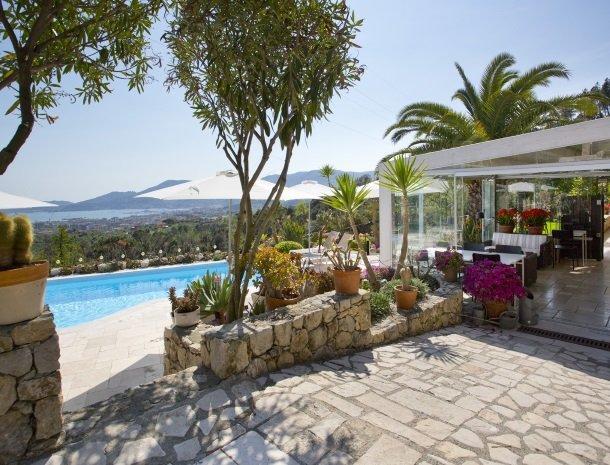 villa-amaranta-la-spezia-tuin-zwembad-veranda.jpg