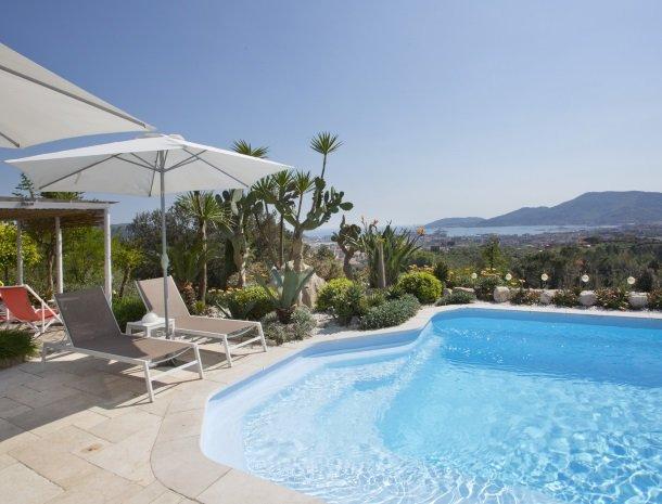 villa-amaranta-la-spezia-zwembad-ligstoelen.jpg