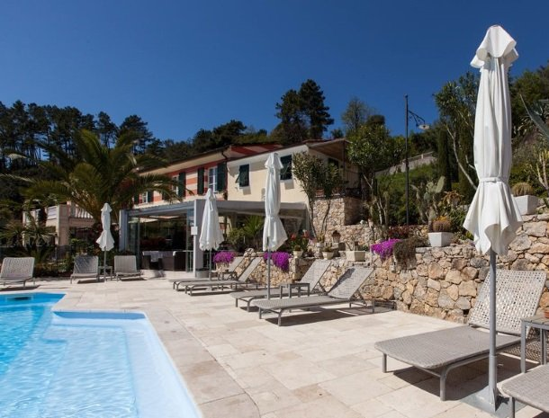 villa-amaranta-la-spezia-zwembad-ligstoelen-huis.jpg