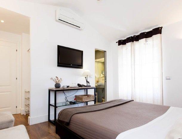 villa-amaranta-la-spezia-slaapkamer-tv.jpg