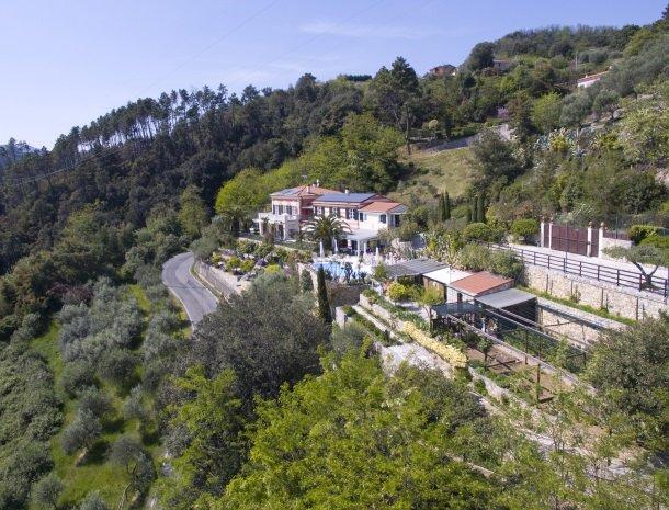 villa-amaranta-la-spezia-rustige-ligging-heuvels.jpg