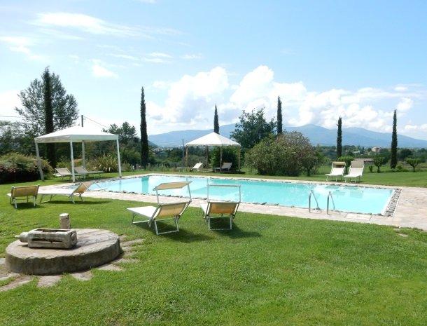 relais-del-lago-capannori-lucca-zwembad.jpg
