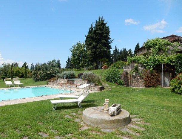 relais-del-lago-capannori-lucca-zwembad-ligstoelen.jpg