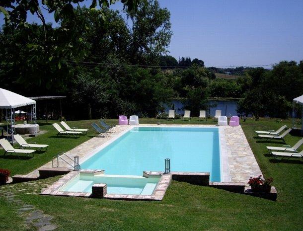 relais-del-lago-capannori-lucca-zwembad-bubbelbad.jpg