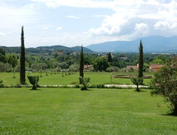 relais-del-lago-capannori-lucca-uitzicht-tuin-vallei.jpg