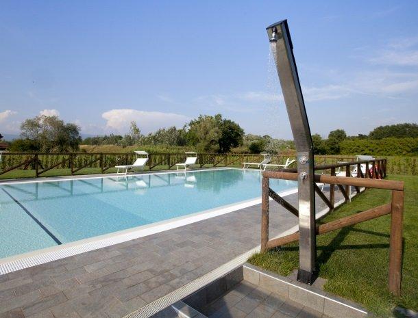 tenuta-san-giovanni-lucca-appartementen-zwembad-buitendouche.jpg