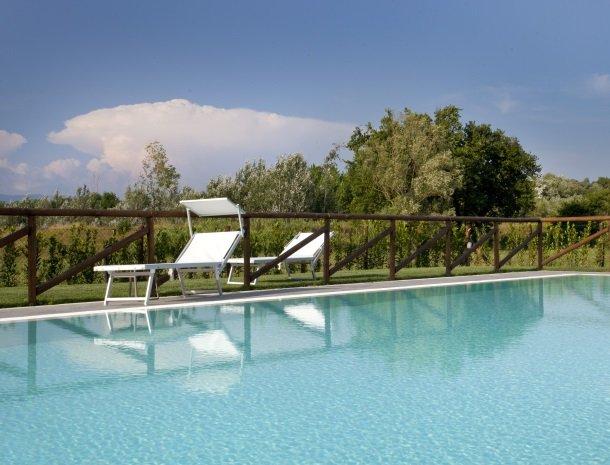 tenuta-san-giovanni-lucca-zwembad-ligstoel.jpg