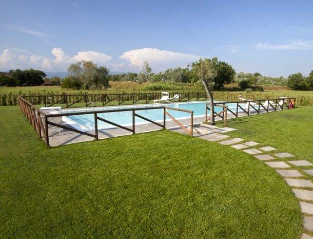 tenuta-san-giovanni-lucca-zwembad-uitzicht.jpg