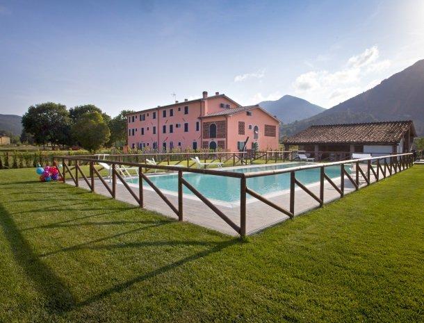 tenuta-san-giovanni-lucca-appartementen-met-zwembad-overzicht.jpg