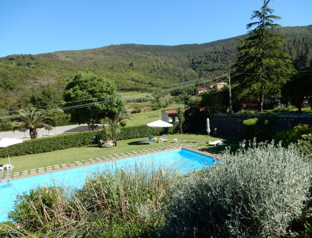 hotel-il-caminetto-portoferaio-uitzicht-zwembad.jpg