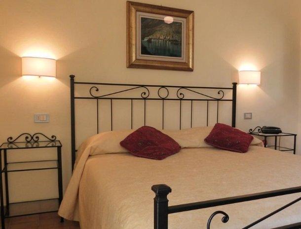 hotel-il-caminetto-portoferaio-kamer-bed.jpg