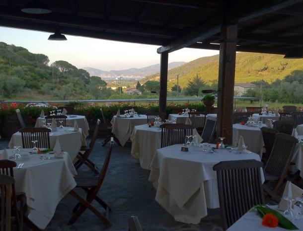 hotel-il-caminetto-portoferaio-terras-bij-restaurant.jpg
