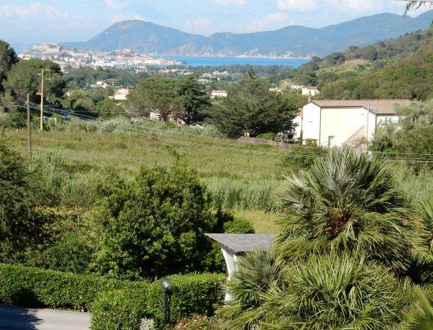hotel-il-caminetto-portoferaio-uitzicht-stad.jpg