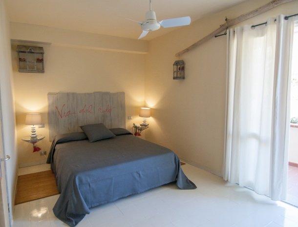 hotel-cernia-sant-andrea-elba-slaapkamer-spreuk-romantisch.jpg