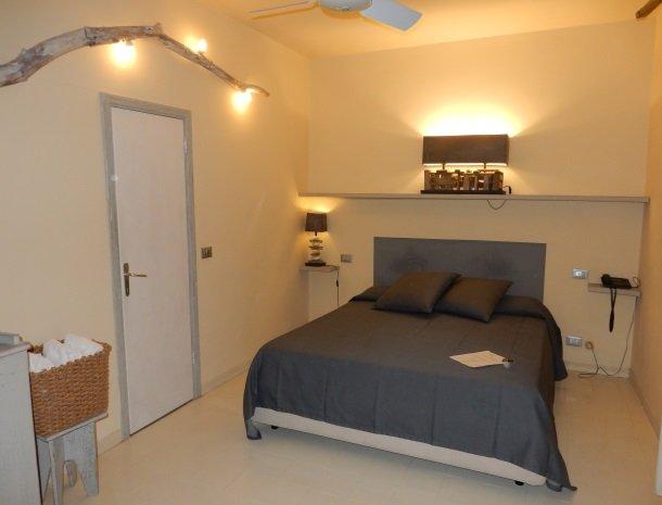 hotel-cernia-sant-andrea-elba-slaapkamer-romantisch.jpg