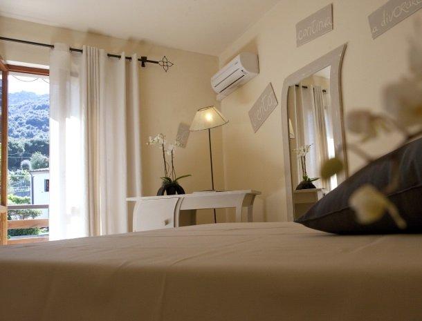 hotel-cernia-sant-andrea-elba-slaapkamer-spreuk-balkon.jpg