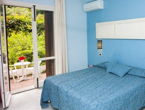 hotel-cernia-sant-andrea-elba-slaapkamer-terras.jpg