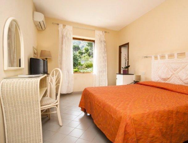 hotel-cernia-sant-andrea-elba-slaapkamer-bed.jpg