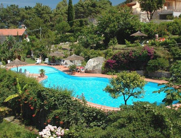 hotel-cernia-sant-andrea-elba-zwembad-overzicht.jpg