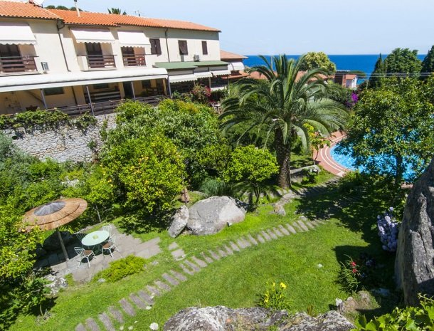 hotel-cernia-sant-andrea-elba-tuin-hoofdgebouw-zee.jpg