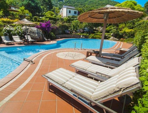 hotel-cernia-sant-andrea-elba-zwembad-ligstoel.jpg