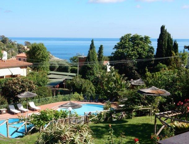 hotel-cernia-sant-andrea-elba-zwembad-uitzicht-zee.jpg