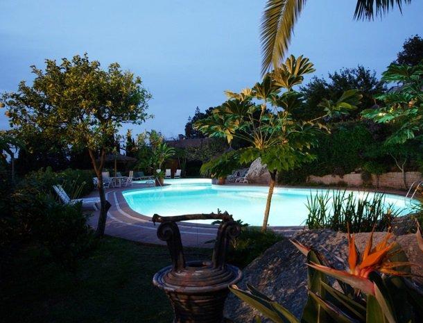 hotel-cernia-sant-andrea-elba-zwembad-avond-tuin.jpg