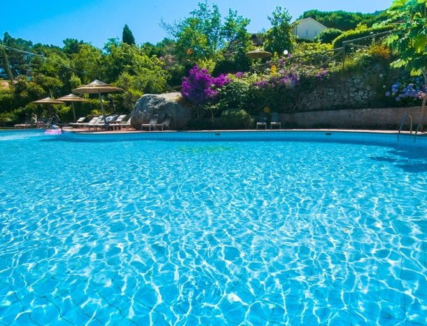 hotel-cernia-sant-andrea-elba-zwembad-water.jpg