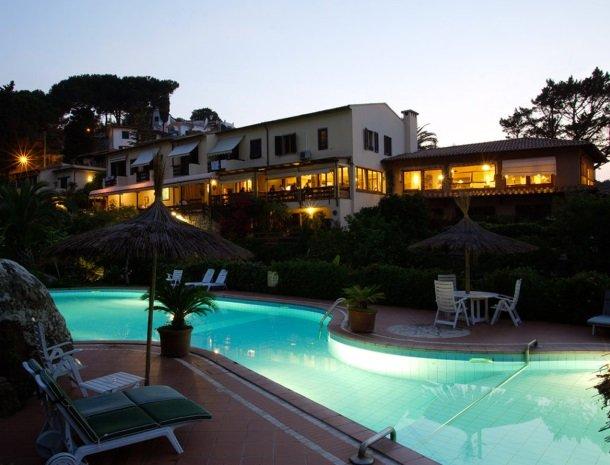 hotel-cernia-sant-andrea-elba-zwembad-avond.jpg