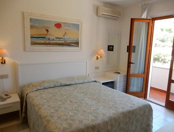 hotel-montemerlo-fetovaia-elba-slaapkamer-balkon.jpg