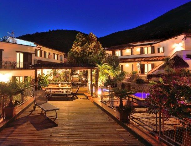 hotel-montemerlo-fetovaia-elba-overzicht-avond.jpg