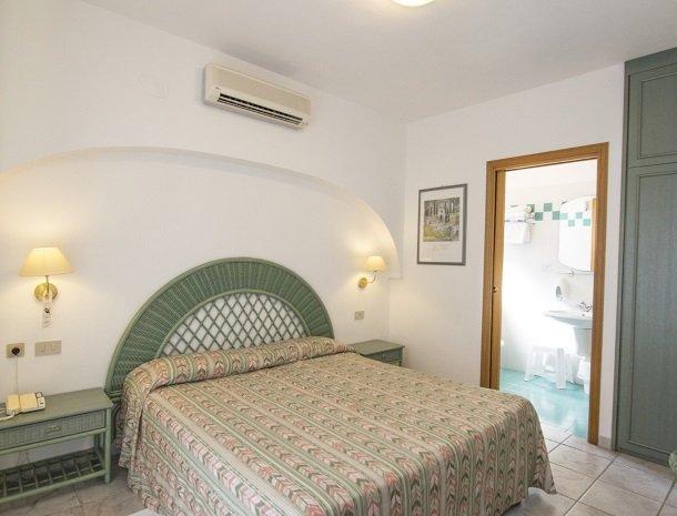 hotel-montemerlo-fetovaia-elba-slaapkamer-bed-badkamer.jpg