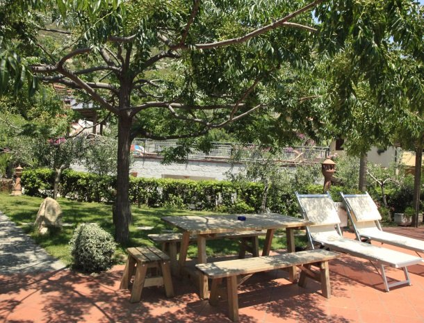 hotel-montemerlo-fetovaia-elba-tuin-picknicktafel.jpg