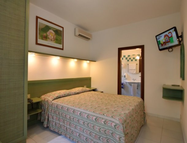 hotel-montemerlo-fetovaia-elba-slaapkamer-badkamer.jpg