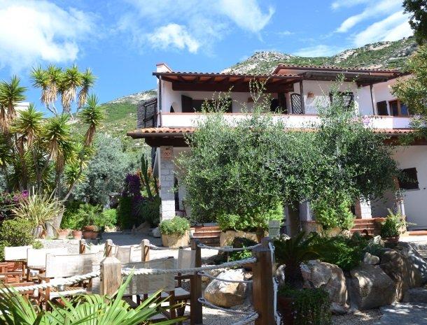 hotel-montemerlo-fetovaia-elba-tuin-hotel-zitjes.jpg
