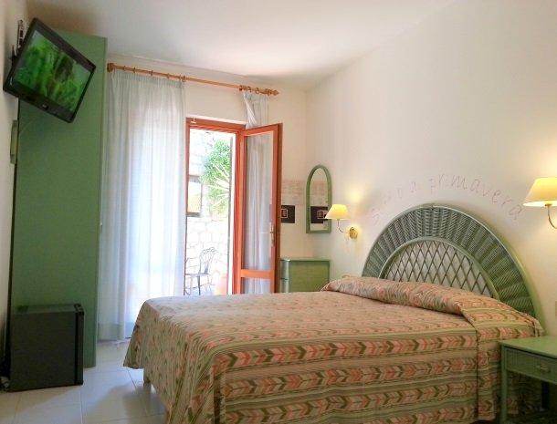 hotel-montemerlo-fetovaia-elba-slaapkamer-bed-tv.jpg