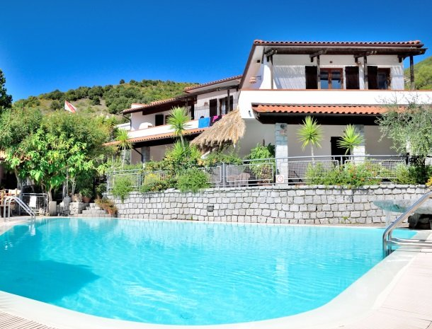 hotel-montemerlo-fetovaia-elba-zwembad.jpg