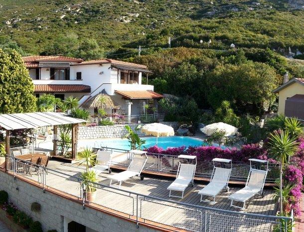 hotel-montemerlo-fetovaia-elba-zwembad-terras.jpg
