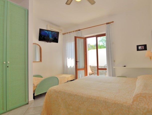 hotel-montemerlo-fetovaia-elba-slaapkamer-extrabed-tv.jpg