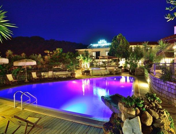 hotel-montemerlo-fetovaia-elba-zwembad-overzicht-avond.jpg